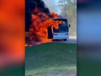Scene de coșmar pe o autostradă. Un autobuz plin cu studenți a luat foc