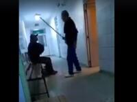 VIDEO halucinant. Bărbat gonit cu mătura şi târât pe holurile Spitalului Judeţean Reşiţa
