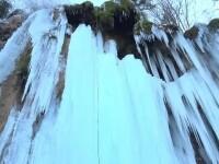 Cascadele înghețate, căutate de turiști în această perioadă. Curajoșii pot escalada pereții