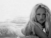 Pamela Anderson a publicat prima imagine alături de noul ei soț, în vârstă de 74 de ani