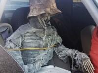 Motivul pentru care un șofer din SUA circula cu un schelet îmbrăcat în mașină