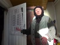 Ce a făcut o bătrână când s-a trezit cu un hoț în casă. Bărbatul nu mai știa cum să scape
