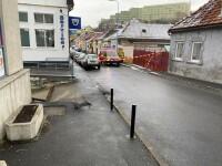 Explozie sub carosabil, în Brașov. Degajări mari de fum și un miros înțepător