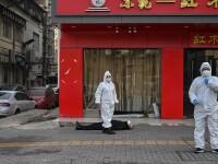 Imaginea care surprinde criza din Wuhan. Un bărbat zace mort pe o stradă pustie
