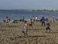 Val de căldură în Grecia, cu maxime de 28 de grade. Oamenii au ieşit la plajă