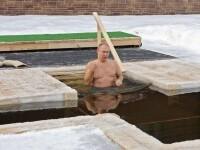 VIDEO. Putin a intrat la bustul gol în apă, într-o spărtură de gheață în formă de cruce
