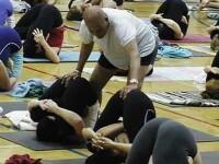 Instructorul minune face yoga cu