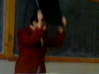 Sta rau cu nervii. Cum face o profesoara criza de isterie in fata elevilor. VIDEO