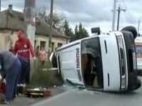 Accident violent: a intrat intr-o masina, a rasturnat un microbuz si a fugit. 12 oameni, raniti