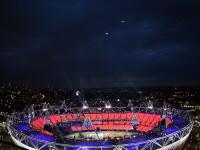 Ceremonia de deschidere a Jocurilor Olimpice 2012. Regina Marii Britanii, acompaniata de James Bond