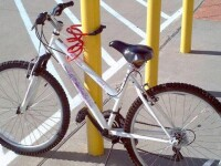Biletelul ironic si amuzant pus in scara blocului de un barbat caruia i s-a furat bicicleta. Ce mesaj i-a lasat hotului