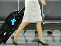 Stewardesa acuzata de colegi ca a transportat ceva ilegal, ascuns in lenjeria intima