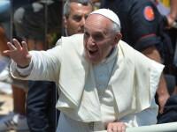 Papa Francisc i-a dat telefon unui adolescent italian. Despre ce au discutat cei doi