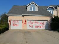 Ce mesaj a lasat un sot gelos pe usa garajului rivalului sau. FOTO