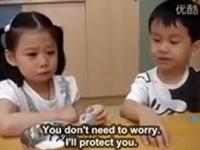 Moment adorabil la o scoala din Taiwan. Un baiat are grija de o eleva in prima ei zi de studii