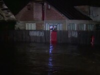 Ploile de vara au facut dezastru in tara. Un batran a murit dupa ce a fost luat de ape chiar din bratele sotiei sale