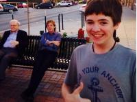 Un baiat din Statele Unite si-a facut un selfie de zile mari. Cele doua personalitati care apar in spatele lui. FOTO
