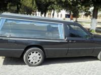 Umor negru la o firma de pompe funebre din Alba. Mesajul scris pe dric a devenit viral