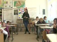 Cum decurge o ora de engleza la o scoala din Vaslui, cu o profesoara care abia leaga doua fraze.
