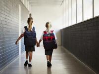 O eleva a fost trimisa acasa de la ore, pe motiv ca purta pantaloni prea stramti.