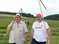 Gerard Depardieu a invatat de la presedintele Belarusului sa coseasca iarba.