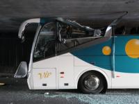 Acoperisul unui autocar, smuls la intrarea intr-un tunel, in nordul Frantei. Sase persoane au fost ranite