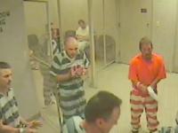 Momentul in care mai multi detinuti evadeaza din celula sa ii salveze viata gardianului.