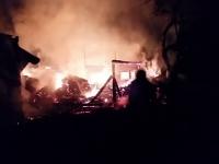 Incendiu puternic in judetul Suceava, dupa ce doua gospodarii au luat foc. Pompierii s-au luptat 4 ore cu flacarile