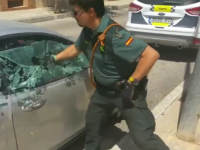 Motivul pentru care un politist spaniol a spart geamul acestei masinii parcate in soare. Ce a vazut inauntru. VIDEO