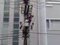 Un barbat din Brazilia a murit electrocutat. Ce l-a determinat pe acesta sa urce pe stalpul de inalta tensiune. VIDEO