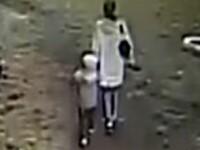 O mama din Rusia a fost strivita de un obiect de metal, in timp ce se plimba cu baietelul ei. Cum s-a intamplat totul. VIDEO