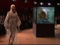 O creatoare olandeza a imaginat o colectie fluida, inspirata din viata subacvatica. Catwalk printre acvarii