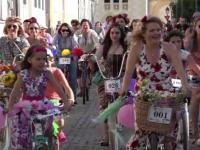 Sute de femei au promovat mersul pe bicicleta in Alba Iulia. Participantele s-au pregatit cu flori si baloane