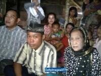 Un tanar din Indonezia a amenintat ca se sinucide daca nu e lasat sa se insoare cu iubita lui. Cat de batrana este femeia