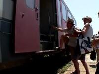 Mizerie de nedescris, in garile statiunilor de pe Litoral. Oamenii nu reusesc sa urce in tren din cauza peroanelor distruse