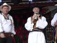 Preotul Pomohaci, primit cu aplauze si ovatii la un concert in Mures. Primarul a dat dedicatii pe sute de lei