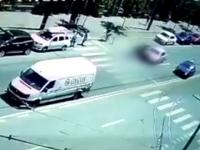 Motociclist spulberat de o masina care mergea in spatele lui, la Cluj Napoca. Accidentul, surprins de camere