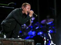 Chester Bennington, solistul trupei Linkin Park, s-a sinucis. A fost gasit mort de ziua prietenului sau Chris Cornell