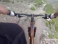 Un turist, care se afla cu bicicleta pe masivul Bucegi, este cautat de salvamontisti, dupa ce a cazut intr-o prapastie