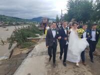 """Alai de nuntă, pe drumul rupt de viitură, în Suceava. """"Tinereţea şi dragostea merg înainte"""""""