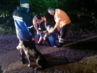 Lecția de devotament. Biciclist încălzit de un câine, după ce s-a rănit grav pe muntele Semenic
