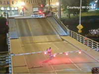 Ce a pățit o femeie care a pedalat pe un pod peste apă care se ridica