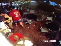 Reacția unei chelnerițe după ce un client o pipăie într-un restaurant. VIDEO