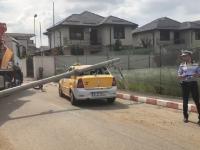 Stâlp din beton, căzut pe un taxi aflat în mers. Starea victimelor