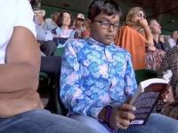 Moment viral la Wimbledon. Băiat surprins citind o carte în timpul meciului. VIDEO