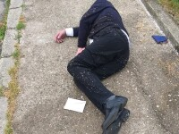 Bărbat în costum, găsit căzut pe stradă în Reşiţa, cu un plic cu bani lângă el