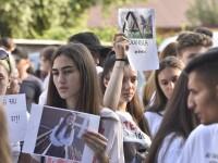 """Elevii au protestat în faţa sediilor Primăriei şi Poliţiei din Caracal: """"Statul ne ucide"""""""