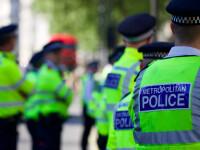 O tânără de 17 ani, arestată de polițiști. Ar fi intrat intenționat cu mașina în mai mulți pietoni