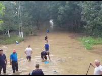 Furtunile au făcut ravagii în țară. Ploile au rupt drumuri și au inundat până și scările de bloc