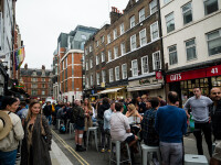Câte milioane de halbe au băut englezii. Străzile, pline după deschiderea pub-urilor